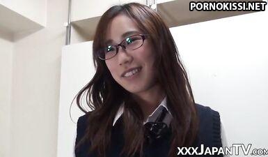 Японские милашки показывают милые маленькие киски