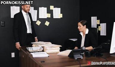 Латинки с большой задницей ублажает босса после работы