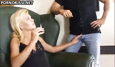 Сексуальная мамаша трахается в кресле