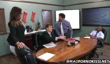 Три мужика выебали горячую коллегу на рабочем столе