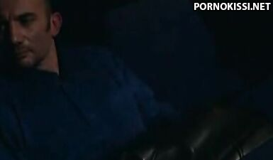Женщина в шубе занимается сексом в кино