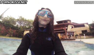 Эми Серен трет киску и снимает на видео в бассейне