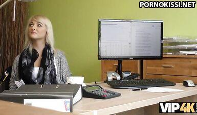 Секс с боссом на столе в его кабинете