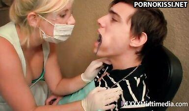 Стоматолог в перчатках и маске заставляет пациента кончить от дрочки