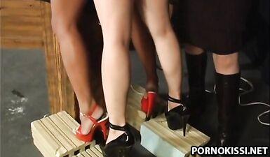 Рабыня трахает рабыню страпоном под надсмотром госпожи