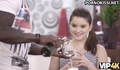 У девушки нет подарка, но она поздравляет черного красавчика сексом