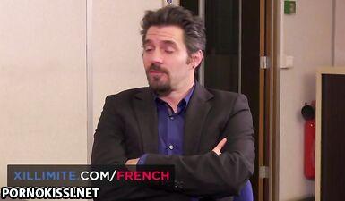 Французская зрелая блондинка трахается в задницу в офисе