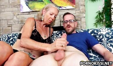 Очень сексуальная бабуля пристрастилась к члену друга ее внука