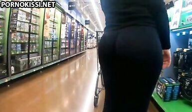 Снимает на телефон, как мамка с большой жопой ходит по магазину