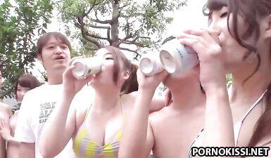 Азиатские красотки в бикини выпили и устроили секс вечеринку