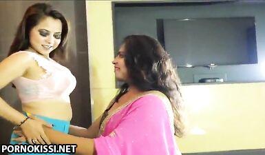Индийские лесбиянки вооружились страпоном для быстрого секса