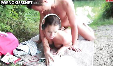Горячую девушку трахнул ее молодой человек в мокрую киску