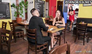Хозяйка предлагает полностью натуральные сиськи на скучном свидании