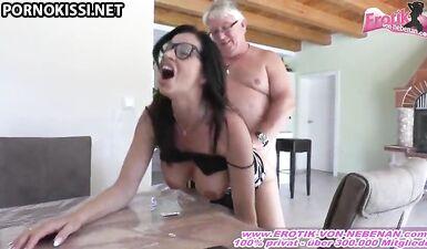 Сексуальная и грудастая немецкая секретарша милфа в очках и уродливый мужик