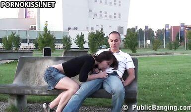 Публичный секс на скамейке