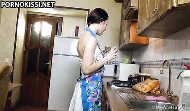 Мастурбация вместо готовки у русской