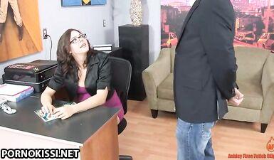 Беременная секретарша дрочит хуй босса