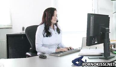 Оголила большие молочные сиськи в офисе