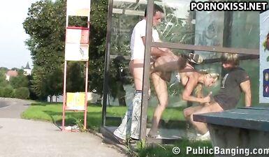 Отодрали грудастую цыпочку на автобусной остановке
