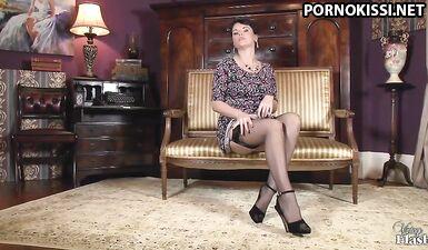 Аппетитная дама сексуально разделась и подрочила