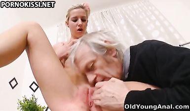 Дед полизал внучке пизду, чтобы она сделала ему глубокий минет