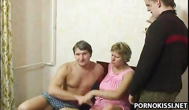 Русские потаскушки подцепили пошлых мужчин, которые согласились отпердолить их щелки