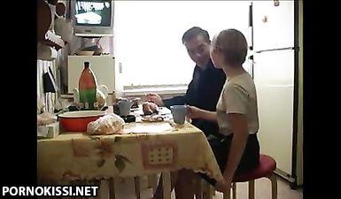Стройная племянница зашла на чай к родному дяде, но вместо этого чпокнулась с ним в письку