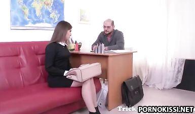 Ради хорошей оценки шальная студентка шпилится с очкастым преподом в киску