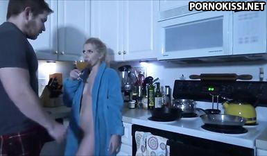 Игривая блондинка поленилась готовить завтрак и вместо этого чпокнулась с мужем в манду
