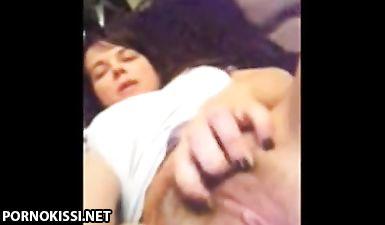 Знаменитая певица снимает на камеру, как теребит волосатую пизду