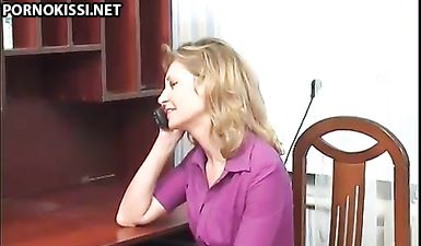 Пока муж на работе, зрелая жена трахается с юными любовниками с двойным проникновением
