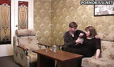 Хитрый мужик напоил толстую соседку водкой, чтобы вогнать ее манду член