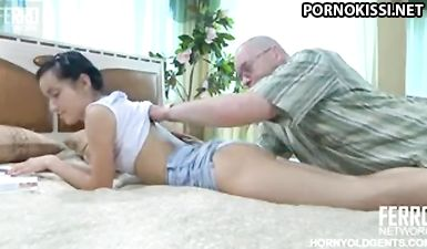 Лысый дядя возбудил худую крошку и натянул ее влагалище на член