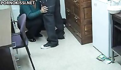 Хитрый пацан снял на камеру, как получил минет от блондинистой мамки друга
