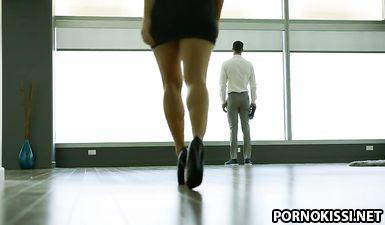Возбужденный пасынок дрючит анус сексуальной мачехи в тайне от отца