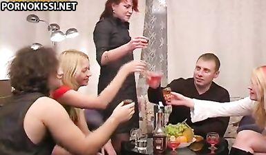 Русские мужики напоили развратных баб и поимели их письки в групповухе