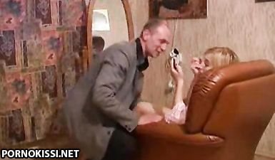 Дед трахает родную русскую внучку после минета на кожаном диване
