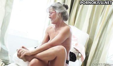 Старая бабка с маленькими сиськами совратила гитариста на еблю