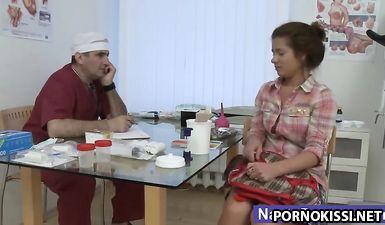 Гинеколог трогает за пизду русскую 18-летнюю студентку на осмотре