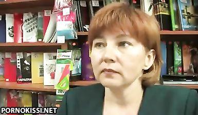 Босс трахает зрелую русскую продавщицу магазина в подсобке в волосатую пизду