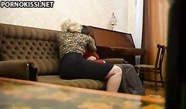Сын совратил русскую мамочку на инцест и нагло выебал ее на скрытую камеру