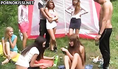Русских студентов чуть не выгнали из универа за эту оргию в лесу