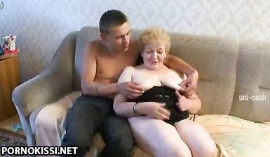 Пьяный сын сделал толстой мамке массаж и выебал ее пока бати не было дома