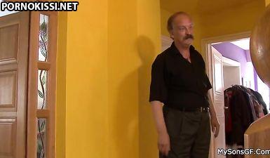 Старый отец трахает свою дочь, пока сын делает уроки