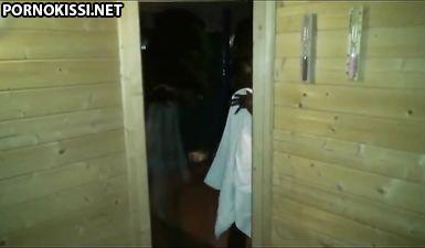 Клиент в сауне трахает чернокожую проститутку в анал от первого лица