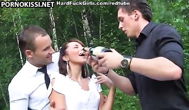 Русскую невесту после свадьбы трахают мужики в присутствии жениха в лесу