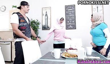 Пацан трахает двух мусульманок в групповухе, пока их муж на работе
