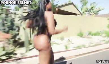 Чернокожий пацан смачно трахает негритянку с огромной жопой у себя дома