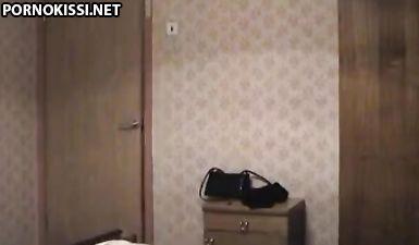 Лысый отец выебал дочь с косичками на скрытую камеру, пока мамка спит