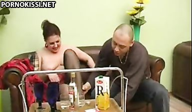 Сын споил сисястую русскую мамочку и выебал ее в бритую пизду на диване